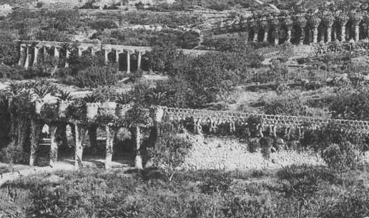 Fig. 1 - Viadutos no setor leste do Park Güell. Na cabeceira do viaduto mais baixo, em primeiro plano, localiza-se a cisterna que aparece nas ilustrações 14, 15 e 17 [Cátedra Gaudí]