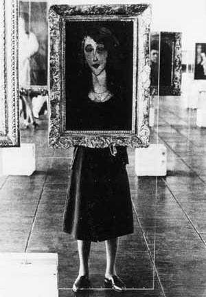 Lina como suporte de quadros no MASP [Museu de Arte de São Paulo. São Paulo: Editora Blau, 1997]