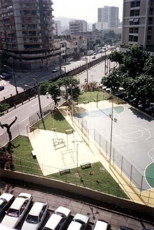A construção do espaço público versus a natureza: traçado do rio Maracanã contido por calha. No detalhe, a vegetação restrita a canteiros geometricamente marcado junto à quadra polivalente<br />Foto Simone Rothier