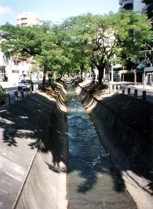 Calha do rio Maracanã, no cruzamento da Avenida Maracanã com a rua José Higino, Tijuca, Rio de Janeiro<br />Calha do rio Maracanã, no cruzamento da Avenida Maracanã com a rua José Higino, Tijuca, Ri