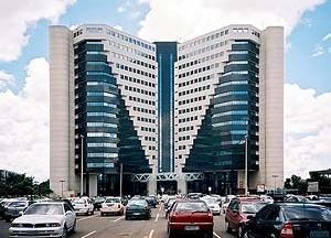 Edifício comercial, Brasília. A arquitetura contemporânea do edifício concentra, verticaliza e resume a discussão público versus privado<br />Foto Raphael David