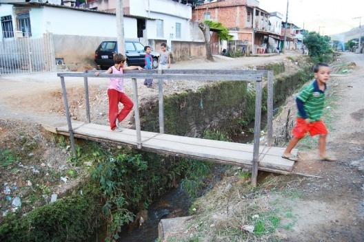 Crianças em pinguela sobre o córrego Monte Alegre e aspecto do bairro de mesmo nome, com problemas ambientais entre outros<br />Foto Fábio Lima