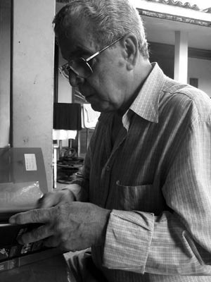O arquiteto Marcos Domingues em sua residência em Casa Forte, durante entrevista em fevereiro de 2005 [foto da autora]