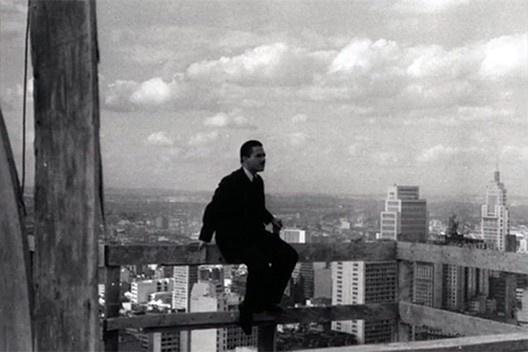 Carlos Lemos no topo do edifício Copan em construção, São Paulo<br />Foto divulgação