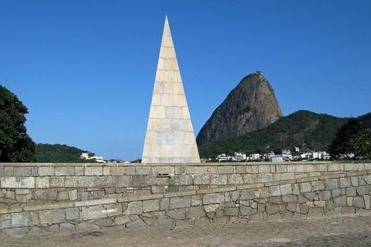 Monumento a Estácio de Sá, Parque do Flamengo, Rio de Janeiro. Projeto do arquiteto Lúcio Costa,1973<br />Foto Halley Pacheco de Oliveira  [Wikimedia Commons]