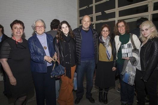 """Helena Ayoub com a família Sanovicz, festa de lançamento do livro """"Abrahão Sanovicz, arquiteto"""", IAB/SP, 22 ago. 2017<br />Foto Fabia Mercadante"""
