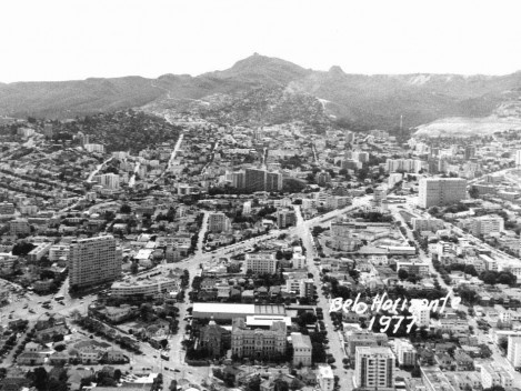 No intervalo de menos de três décadas e no centro da foto observamos a escalada da cidade à Serra do Curral e o rebaixamento da mesma à direita do Pico [: Coleção José Góes, APM, 1977]