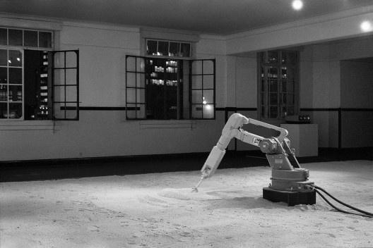 """Robô Motoman DFV desenhando na areia, parte da instalação <i>Cidade e seu duplo</i>, Marco do Valle e Abílio Guerra, projeto """"Arte Cidade 2 / A cidade e seus fluxos"""", 1994<br />Foto Nelson Kon"""