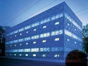 Biblioteca da Escola Eberwalde. Herzog & de Meuron, 1993. <br />Foto Margherita Spilutini  [Website Pritzker Prize.]