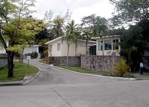 Figura 3: Acesso principal do condomínio, de onde se observam três das cinco casas que o constitui