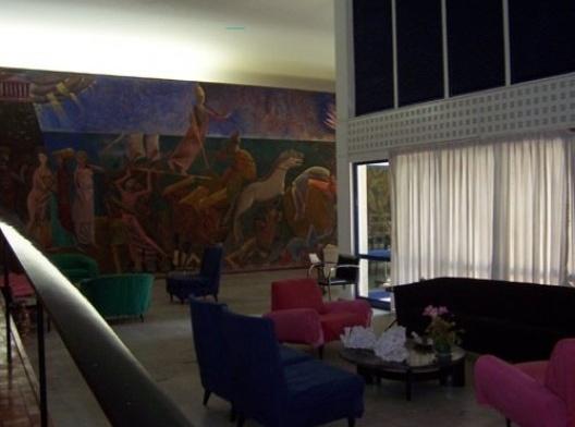 """Casa Nanzita Salgado, vista interior em direção ao afresco """"O Rapto de Helena de Tróia"""" de Emeric Marcier, Cataguases, 1954<br />Foto Marcia Poppe, 2003"""