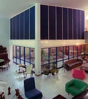 Residência Nanzita Salgado, sala de estar e jardim de inverno, Cataguases MG. Arquiteto Francisco Bolonha, 1958<br />Foto Pedro Lobo  [IPHAN-BH]