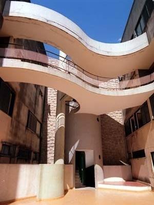 """Edifício """"A Nacional"""", caixa de escadas e passarela, Cataguases MG. Arquitetos M.M.M. Roberto, 1957<br />Foto Pedro Lobo  [IPHAN-BH]"""