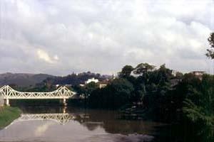 Ponte metálica sobre o rio Pomba, Cataguases MG<br />Foto Antonio L. D. de Andrade / Cecília Rodrigues dos Santos