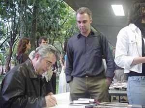 Montaner  autografando livros<br />Foto Ângelo Arruda