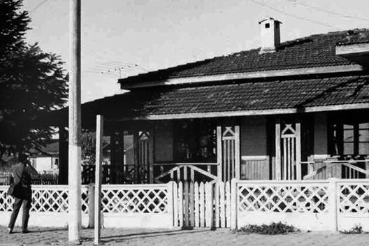 Casa na Rua Paranaguá, detalhe, Três Barras SC. Construída com tábuas horizontais<br />Foto divulgação  [CLARO, Anderson. Op. cit.]