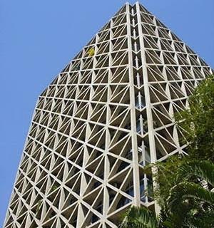 """Edifício Acal, avenida Cidade Jardim, São Paulo, 1974. Arquiteto Pedro Paulo de Melo Saraiva. Contraventamento em concreto armado, com travamento em """"X"""""""