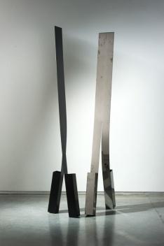 Passantes, esculturas em aço inox, à esqueda pintado, 220cm. José Resende [Paulo Darzé Galeria de Arte]