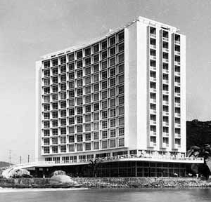 O Edifício Sobre as Ondas – fachada curva abraça o mar<br />Foto de José Moscardi  [Doada por Oswaldo Correa Gonçalves a FAU Santos]