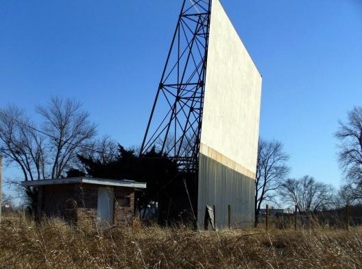 A tela de cinema drive-in abandonado na rota 66, próximo de Sapulpa, Oklahoma<br />Foto Kevin, 2007  [Wikimedia Commons]