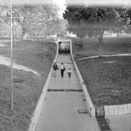 Passarela subterrânea cruzando eixo rodoviário, Brasília, 1998<br />Foto Thomaz Farkas