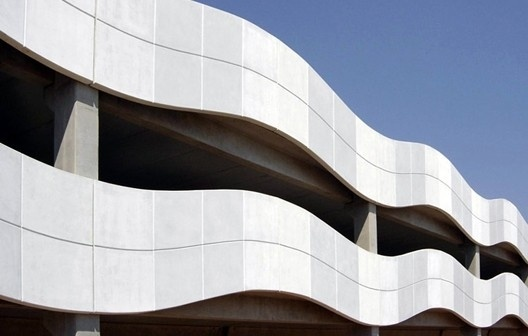 Fachada com painéis de GRC com cimento branco, edifício de estacionamento da Ulbra – Canoas