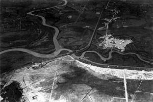 Travessia da ferrovia Sorocabana sobre o rio Pinheiros, na confluência com o rio Tietê, 1937. <br />Acervo Eletropaulo