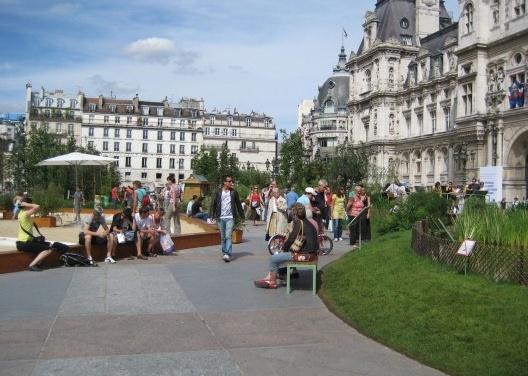 """""""Hôtel de Ville"""" – Prefeitura: áreas pavimentadas em sua frente são convertidas em demonstração de ecossistemas regionais com fins educativos july 2009) <br />Foto Cecilia Herzog"""