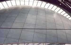 Potsdamer Platz, Berlim, Alemanha, arquiteto Renzo Piano, 03 de outubro de 1998. Cinema, revestimento em peças de cerâmica com o raio da esfera/ fachada de vidro pendurada agradecimento: arq. Misha Kramer, colaborador nesse projeto pelo RPBW