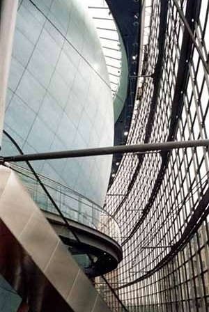 Potsdamer Platz, Berlim, Alemanha, arquiteto Renzo Piano, 03 de outubro de 1998. Cinema, revestimento em peças de cerâmica com o raio da esfera/ fachada de vidro pendurada agradecimento: arq. Misha Kramer, colaborador no projeto pelo RPBW