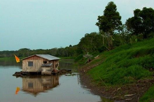 Habitação ribeirinha, 2003<br />Foto de Daniel Cardoso