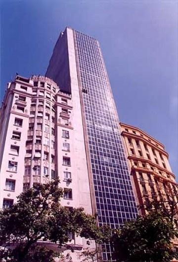 Arquitetura despersonalizada com curtain-wall  e 100% de aproveitamento de terreno, na Cinelândia, centro do Rio, exemplo típico de desrespeito à ambiência e ao tecido histórico