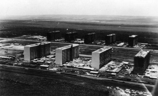 Edifícios dos Ministérios em construção. Foto Postal Colombo [Departamento de Patrimônio Histórico do Distrito Federal]