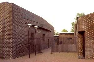 Sigürd Lewerentz, Igreja de São Pedro, Klippan, patio/rua interna<br />Foto de Fabio Galli  [Claes Dymling. Architect Sigurd Lewerentz, vol. I, p.169]