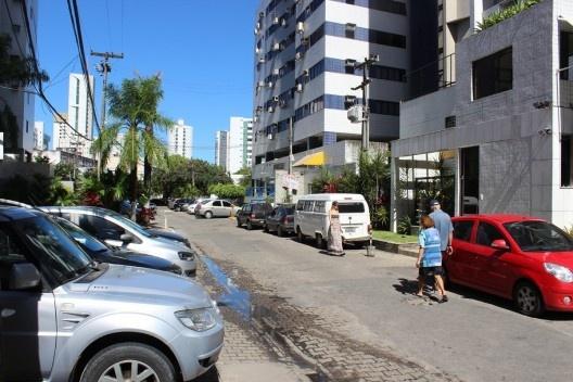 Automóveis invadem as calçadas<br />Foto Roberto Ghione