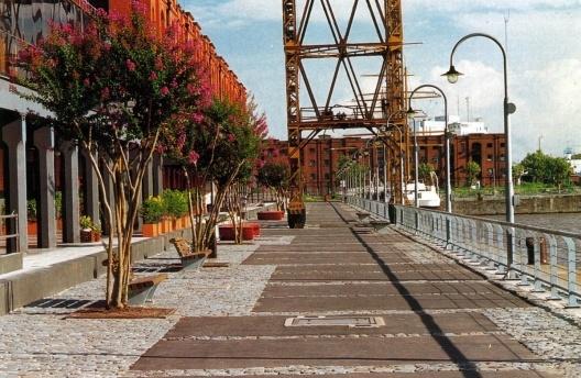 Figura 2 – Detalhe do passeio junto aos diques e os armazéns portuários reciclados em Puerto Madero, Buenos Aires [In Abitare  342, julho/agosto 1995]