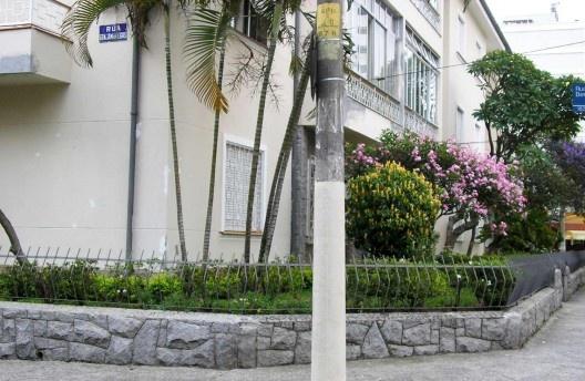 Rua Simão Alvares com Rua Benjamin Egas. Calçada arborizada e recuo frontal generoso<br />Foto Abilio Guerra