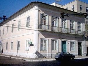 Dois exemplos de edificações que eram originalmente casas coloniais e sofreram reformas para se adaptarem às tendências arquitetônicas em vigor