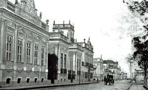 Casas da elite dos charqueadores pelotenses, localizadas ao redor da Praça Coronel Pedro Osório, em finais do século XIX. Todas construídas pelo arquiteto italiano José Izella