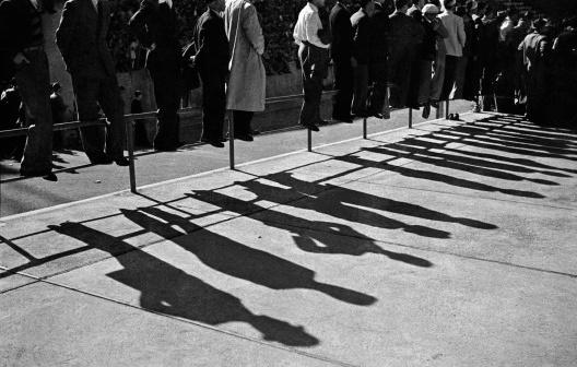 Torcedores no estádio do Pacaembu, São Paulo, 1942<br />Foto Thomaz Farkas  [Acervo Instituto Moreira Salles]