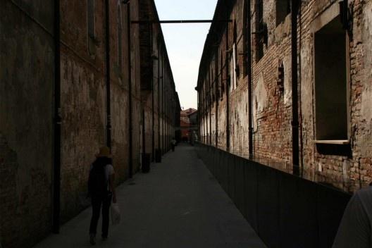 Acesso aos galpões do Arsenale, área expositiva, Veneza<br />Foto Helena Guerra