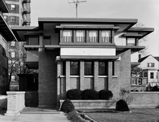 Emil Bach House, elevação occidental, North Sheridan Road, Chicago, Estados Unidos, 1915. Arquiteto Frank Lloyd Wright<br />Foto Richard Nickel, jul. 1967  [Library of Congress / U.S. Government]