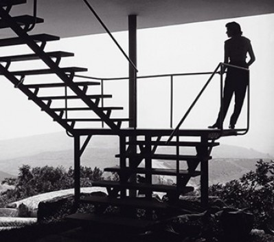 Lina Bo Bardi na escada da Casa de Vidro<br />Foto Chico Albuquerque