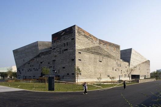 Museu de História de Ningbo, Ningbo, China, 2003-2008. Arquiteto Wang Shu<br />Foto Lv Hengzhong  [Pritzker Prize]