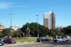 A questão da escala urbana. Este largo tem um monumento. Onde está o monumento (homenagem ao Papa)? / O edifício-monumento, que se impõe na paisagem, não é referência para nada. Ele nem se localiza neste largo. As referências urbanas estão banalizadas, pe