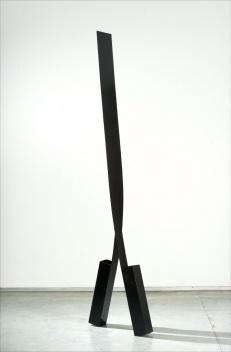 Passante, escultura em aço inox pintado, 220cm. José Resende [Paulo Darzé Galeria de Arte]