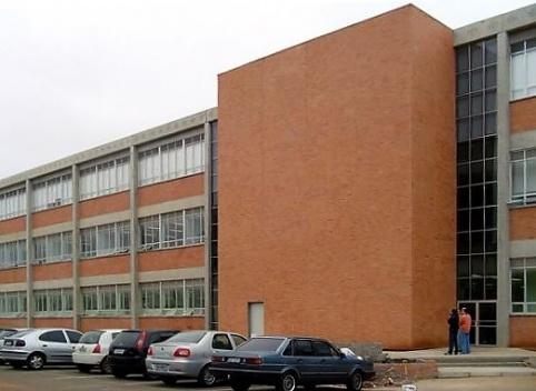 Fachada com painéis de GRC com plaquetas cerâmicas, Faculdade de Odontologia da Ulbra – Canoas