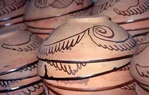 Cerâmicas da Feira de São Joaquim, Salvador, 2001. Não é foto de Pierre Verger, mas é a mesma manufatura por ele registrada<br />Foto do autor