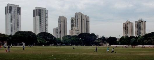 Antiga área de treinamento com gramado do Peão do Prado e raia de areia preservadas. Ao fundo novos edifícios retratam verticalização da região<br />Foto Nicolas Le Roux