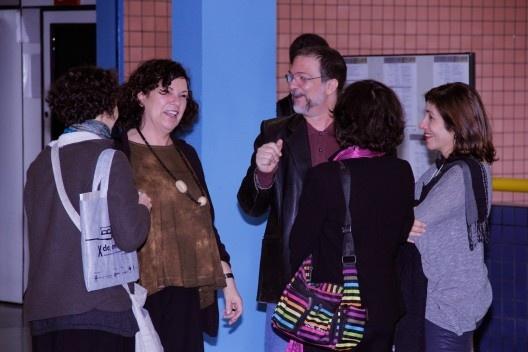 Angela Pedrão (de costas), Cecília Rodrigues dos Santos, Luiz Amorin, Sônia Marques (de costas) e Maria Alice Junqueira Bastos no intervalo das conferências<br />Foto Michelle Schneider